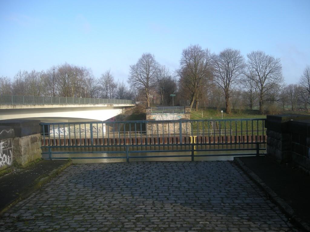 Fundamente südlich der gesperrten Brücke
